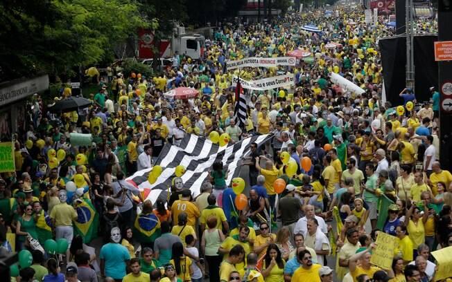 Manifestantes empunham bandeira do Estado de São Paulo em ato na Av. Paulista, neste domingo