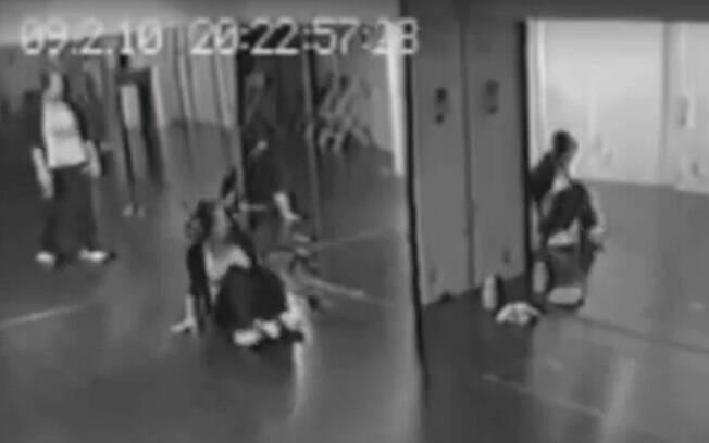 Nas gravações de uma câmera se segurança, o fantasma aparece em espelho da escola de dança