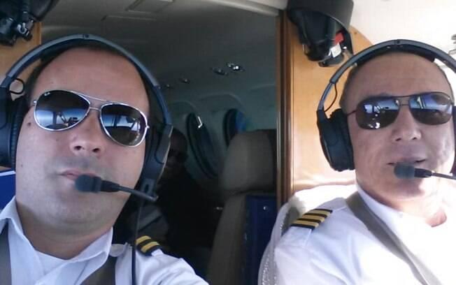 Matheus Pasquotti (a esquerda) assumiu o comando da aeronave depois que o piloto Benedito Fernando (a direita) ficou inconsciente