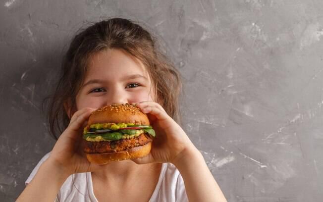 Fazer hambúrguer em casa pode ser uma ótima solução para os pais dos fãs mirins deste tipo de comida
