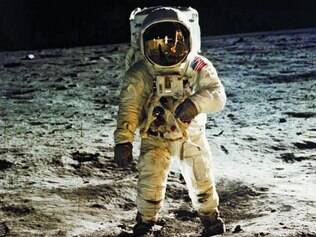 Neil Armstrong desceu as escadas do módulo lunar da Apollo 11 e andou na Lua