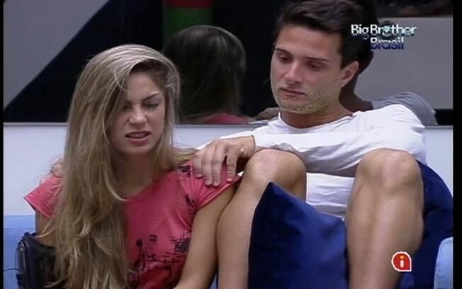 Renata recebe massagem de Ronaldo