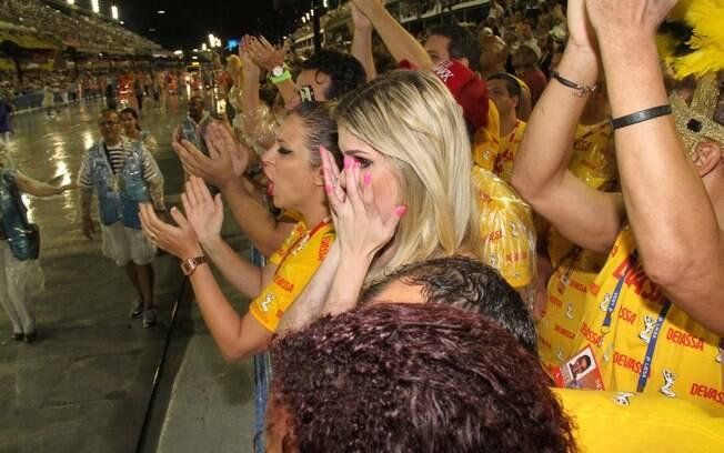 Bárbara Evans chora ao ver a mãe passar desfilando pela Mocidade . Foto: Cleomir Tavares / Divulgação