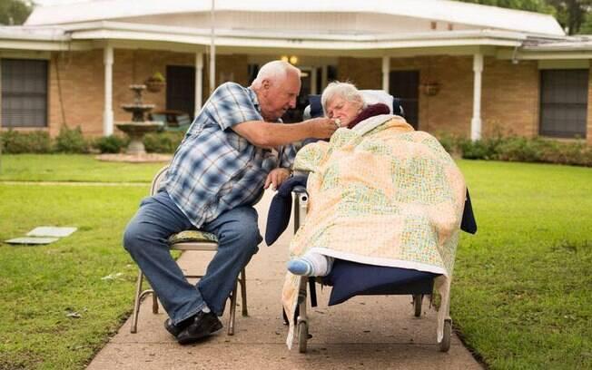 Casal de idosos ficava todos os dias sentado na calçada vendo o movimento da rua