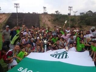 Jogadores, torcedores e dirigentes do São Caetano comemoram o título da Série A de Betim