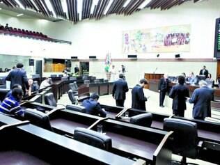Mãos atadas. Oposição se revezou no microfone para atrasar a tramitação das propostas em votação