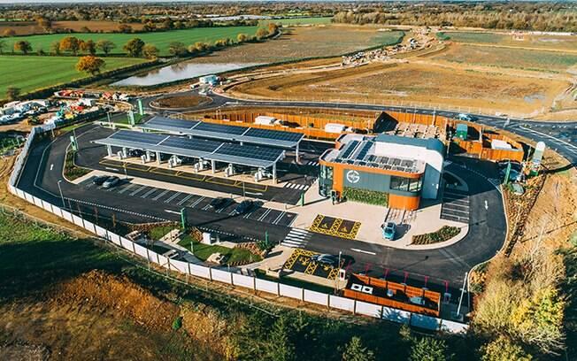 Complexo gerenciado pela concessionária Gridserve é abastecido com energia renovável