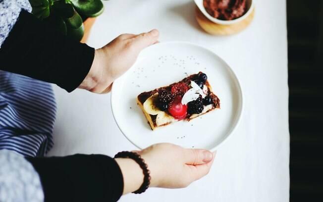 A nutricionista recomenda lanches ricos em nutrientes entre as refeições principais