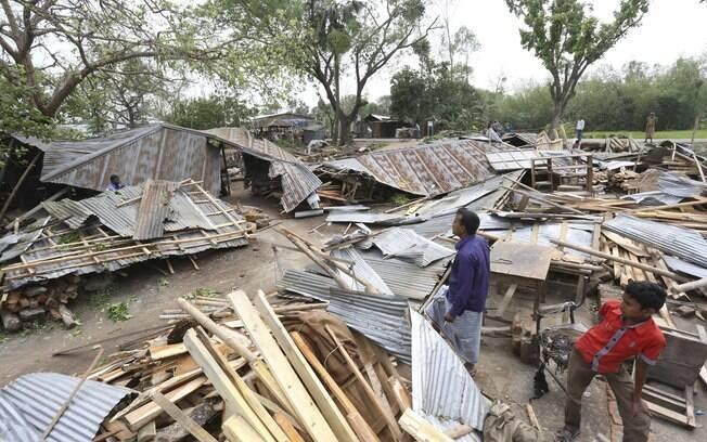 Moradores contabilizam danos após tempestade tropical atingir região de Gabtoli, Bangladesh (05.04.2015)