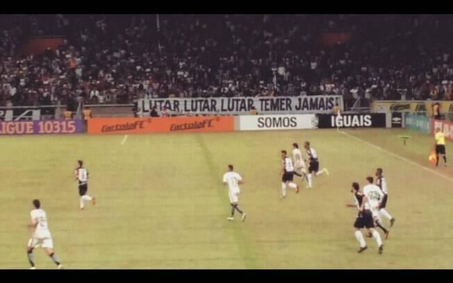 Torcida do Atlético-MG usou em diversos jogos faixa contra Temer