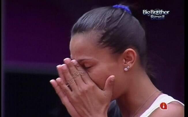 Kelly chora de saudade e recebe o apoio de Monique