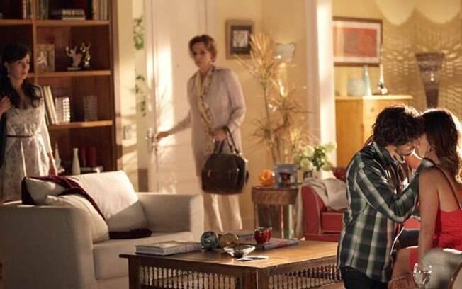 Manu começa a ficar enciumada com a reaproximação de Ana e Rodrigo. Os dois não resistem e acabam ficando. Dessa vez, é Manu quem corta relações com a irmã