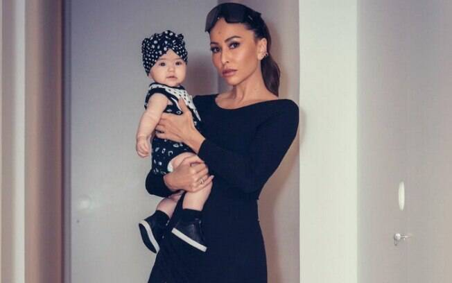 Sabrina Sato ao lado da filha, Zoe