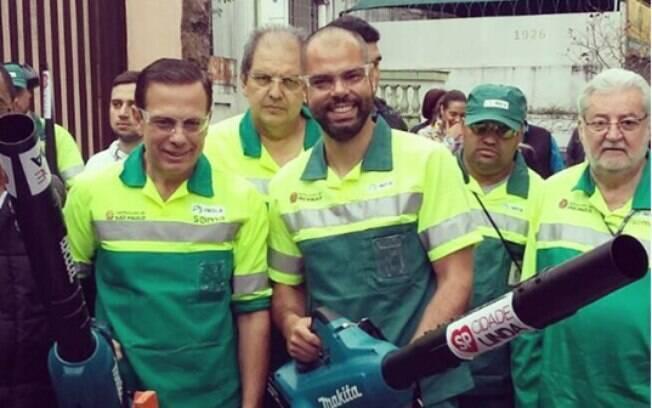 Enquanto vice-prefeito, Bruno Covas entrou na onda de João Doria ao usar uniformes de servidores em ações da Prefeitura