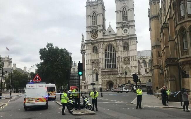 Atropelamento em frente ao Parlamento de Londres deixou três pessoas feridas; polícia trata como atentado terrorista