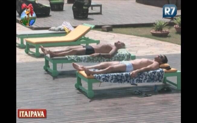 Gui Pádua e Marlon tomam sol no início da tarde desta quarta-feira (07)
