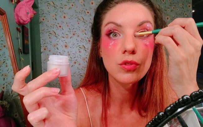 Passe sombra prata ou pó translúcido no canto dos seus olhos para deixar a maquiagem para o carnaval mais iluminada