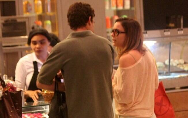 Regiane Alves e João Gomez fazem um lanchinho durante passeio no shopping