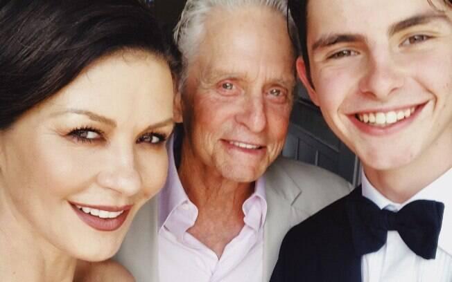 Catherine Zeta-Jones ao lado do marido Michael Douglas na formatura do seu filho mais velho, Dylan