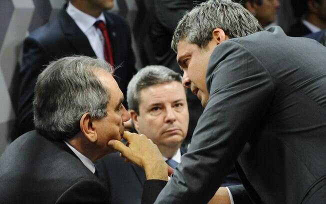 Durante a reunião que discute o encaminhamento do relatório da Comissão Especial de Impeachment, o senador Lindembergh Farias (PT-RJ) conversa com o relator e com o presidente da CEI2016, Antonio Anastasia (PSDB-MG) e Raimundo Lira (PMDB-PB), respectivamente. Foto: Marcos Oliveira/Agência Senado
