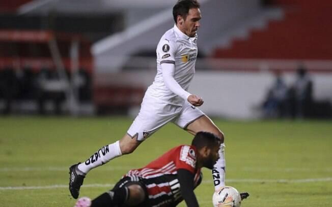São Paulo joga mal, leva quatro gols da LDU e se complica na Liberta