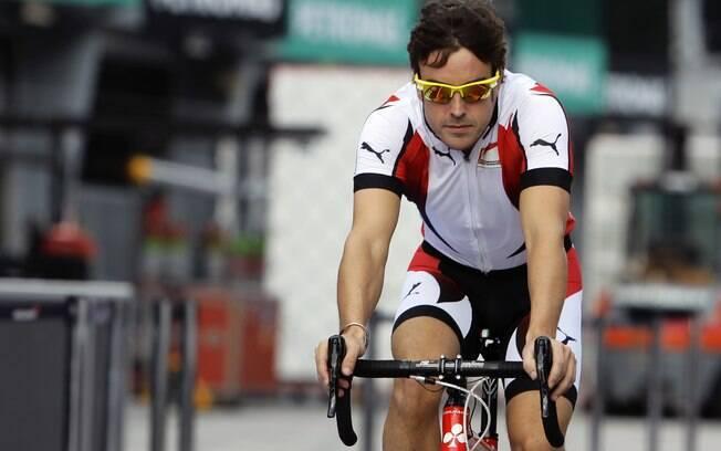 Fernando Alonso, da Ferrari, aproveitou o dia  para conhecer a pista do GP da Malásia de  bicicleta