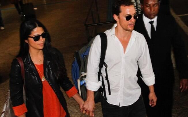 Matthew McConaughey e Camila Alves no aeroporto de Guarulhos, em São Paulo