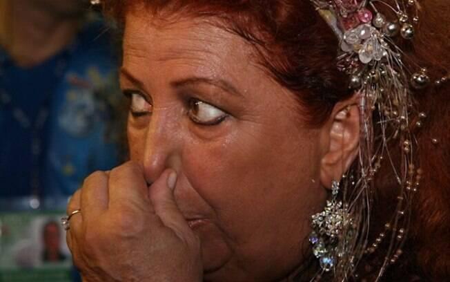 Beth Carvalho chora após veto em carro alegórico