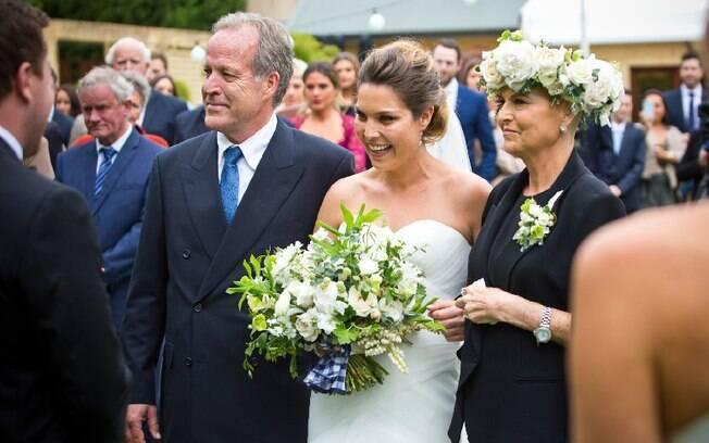 Mãe e filha emocionaram os convidados ao andarem até o altar juntas e aproveitar esse momento juntas no casamento