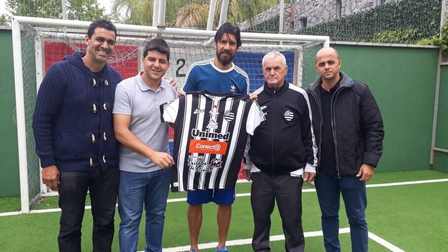 Loco Abreu anuncia saída de clube mineiro