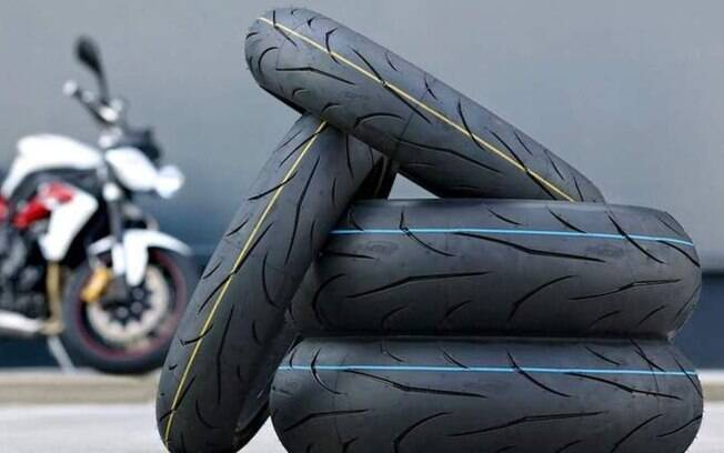 Pneus da moto precisam ter a calibragem ideal para não sofrerem deformidade. Se der para suspender a moto, melhor ainda