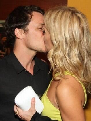 Carolina Dieckmann e o marido, Tiago Worcman, se beijam na pré-estreia de 'Entre Nós', em São Paulo