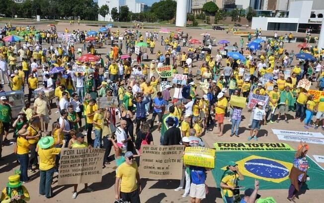 O ato organizado pelas redes sociais transcorre em clima pacífico, com muito pais acompanhados dos filhos também em Brasília
