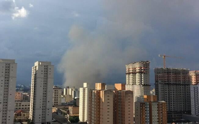 Incêndio de grandes proporções atinge um edifício comercial no bairro do Brás, no centro da capital paulista