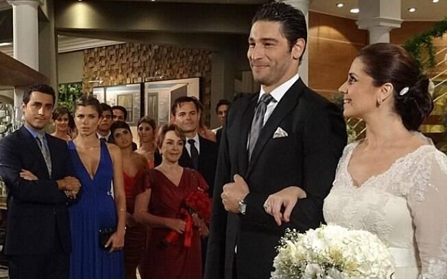 Vicente não esconde a insatisfação ao ver Claudia casada com Rubinho
