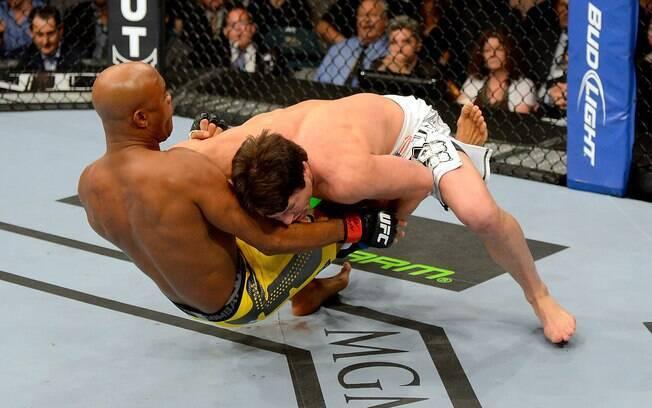 No 1º round, Sonnen derrubou Anderson Silva  logo do início e foi muito superior