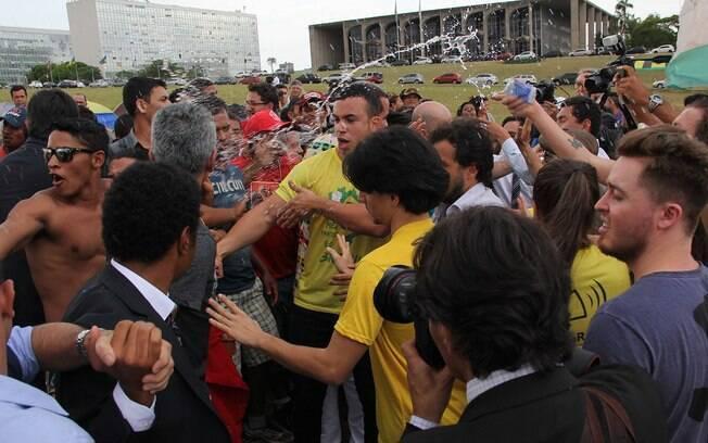 Encontro entre integrantes do MTST e do MBL terminou em confronto em frente ao Congresso Nacional