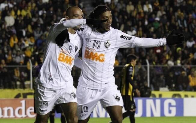Tardelli e Ronaldinho Gaúcho comemoram gol do  Atlético-MG na vitória diante do Strongest