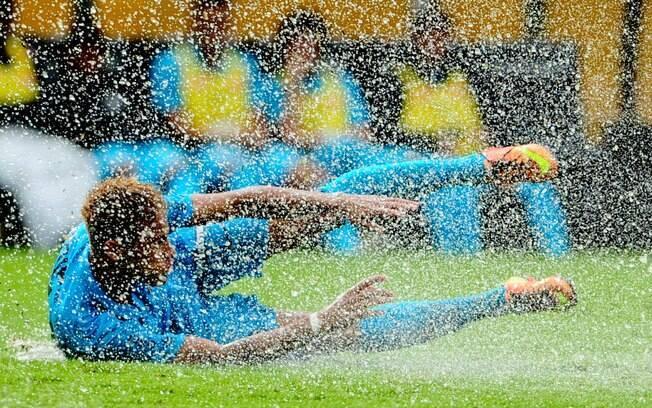 Neymar desaba no gramado molhado do Pacaembu