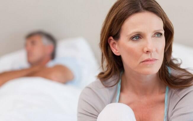 Apesar de a traição ser dolorosa, esposa aceita a situação pois ainda ama o marido e quer manter seu casamento