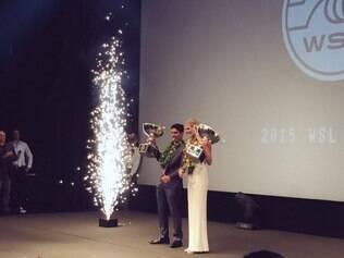 Medina posou para fotos ao lado de Stephanie Gilmore, 27, campeã mundial da categoria feminina no ano passado