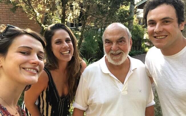Bianca Bin e Sérgio Guizé apareceram juntos em aniversário de Lima Duarte