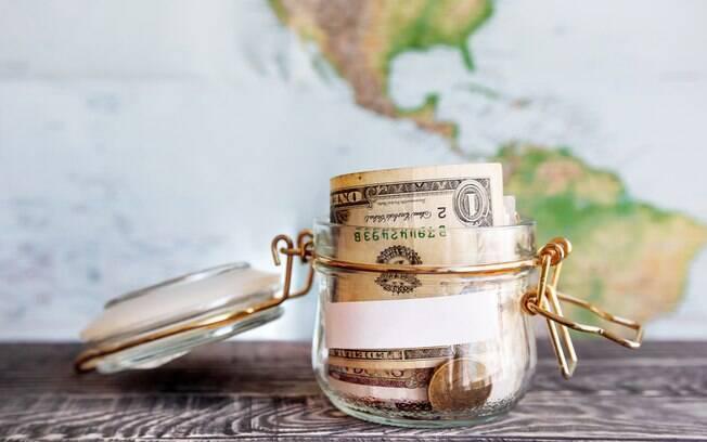 Especialista explica quais são as vantagens e desvantagens de cada opção disponível para levar dinheiro para o exterior
