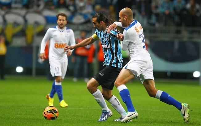 Barcos sofre a marcação de Bruno Rodrigo no  duelo entre Grêmio e Cruzeiro