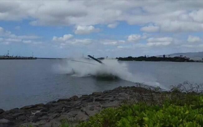 Segundo informações, algumas pessoas se jogaram na água para resgatar os passageiros