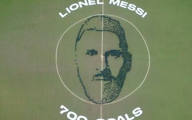 Messi recebe homenagem pelo gol 700