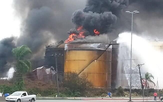 Incêndio volta a crescer em tanque de combustível no Porto de Santos, nesta quarta-feira (8)