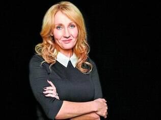 História. J.K. Rowling diz que Cormoran Strike lhe dá mais possibilidades, pois aparece em histórias independentes