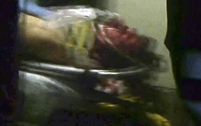 Reprodução de vídeo mostra Dzhokhar Tsarnaev, suspeito por ataque em Maratona de Boston, em ambulância depois de ser capturado em barco
