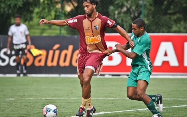 Ronaldinho em ação no jogo-treino do  Atlético-MG
